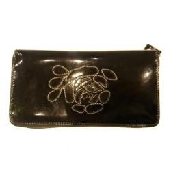 černá lakovaná kožená peněženka zdobena výšivkou