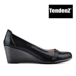 černé lesklé lodičky na klínu TENDENZ