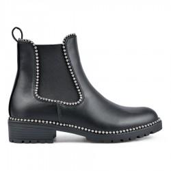 černá kotníková obuv se vsazenými gumami a ozdobnými cvočkami TENDENZ REW18-033
