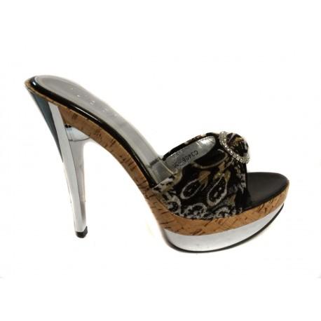 zlaté zdobené elegantní sandálky na podpatku